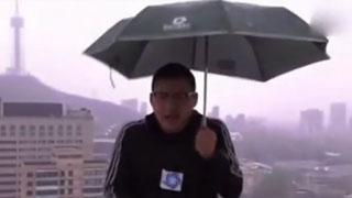 记者户外播报时被雷劈