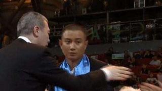 冯小刚被拍拒握手文章