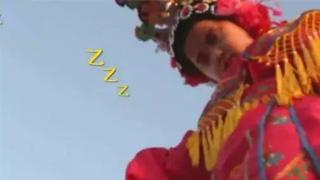萌娃表演途中在空中睡着