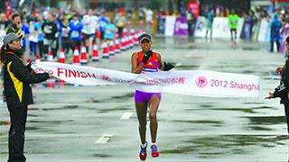 上海国际马拉松雨中开跑