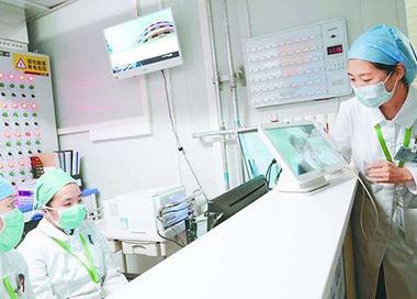 北京小汤山医院首位治愈患者出院