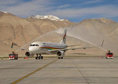 西藏阿里昆莎机场筑起百姓脱贫路